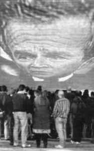 2003: de Amerikaanse president George W. Bush, geprojecteerd op de zijgevel van een gebouw